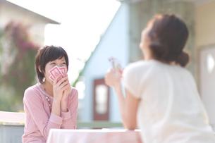 屋外でトランプをする2人の女の子の写真素材 [FYI03246396]