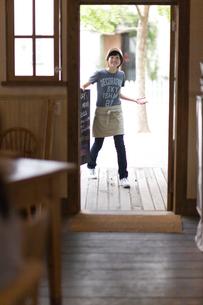 メニューボードを運ぶ女の子の写真素材 [FYI03246399]