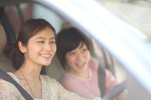 ドライブをする2人の女の子の写真素材 [FYI03246415]