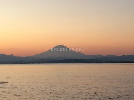鵠沼海岸からの富士山と夕日 写真素材の写真素材 [FYI03246417]