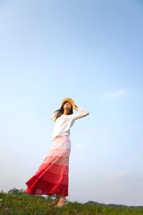 風になびく女の子イメージの写真素材 [FYI03246427]