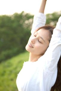 伸びをする笑顔の女の子の写真素材 [FYI03246428]