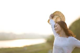 伸びをする笑顔の女の子の写真素材 [FYI03246445]
