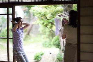 縁側で会話する母親と娘の写真素材 [FYI03246455]