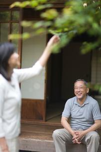 庭先で会話する夫婦の写真素材 [FYI03246472]