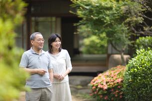 庭先を歩く夫婦の写真素材 [FYI03246474]