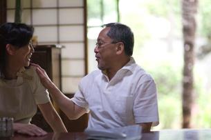茶の間で談笑する夫婦の写真素材 [FYI03246492]