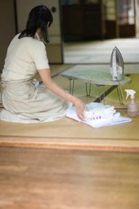 アイロン掛けした洋服を畳む女性の写真素材 [FYI03246495]