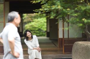 庭先で会話する夫婦の写真素材 [FYI03246521]