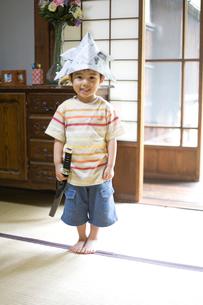 新聞紙の兜を被る男の子の写真素材 [FYI03246535]