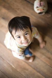 上を見つめる男の子の写真素材 [FYI03246539]