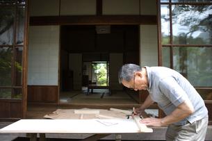 庭先で大工仕事をする父親の写真素材 [FYI03246543]
