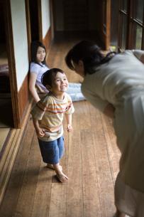 縁側で遊ぶ家族の写真素材 [FYI03246557]