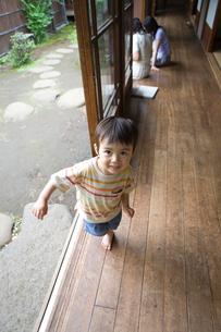 縁側にいる男の子の写真素材 [FYI03246558]