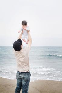 家族と海の写真素材 [FYI03246567]