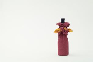 瓶を包んだ風呂敷の写真素材 [FYI03246574]