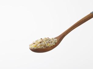雑穀米とスプーンの写真素材 [FYI03246582]