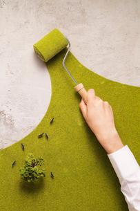 コンクリートを緑化するエコイメージの写真素材 [FYI03246588]