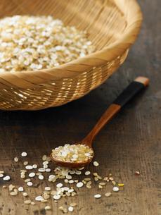 雑穀米とスプーンの写真素材 [FYI03246606]