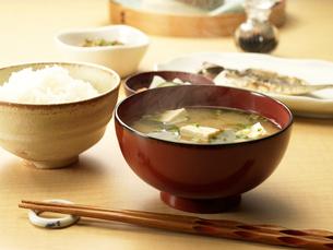 ご飯とみそ汁の朝食の写真素材 [FYI03246619]