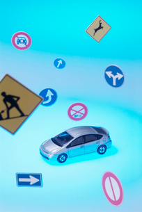 交通標識と自動車の写真素材 [FYI03246634]