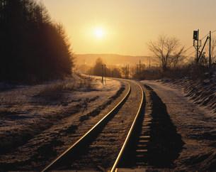 朝日と線路の写真素材 [FYI03246642]