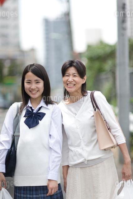 買い物袋を持った母親と娘の写真素材 [FYI03246755]
