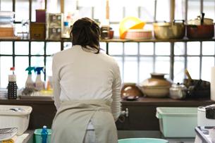 洗い物をする母親の後姿の写真素材 [FYI03246756]