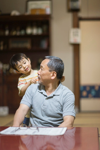 祖父の肩をたたく孫の写真素材 [FYI03246761]