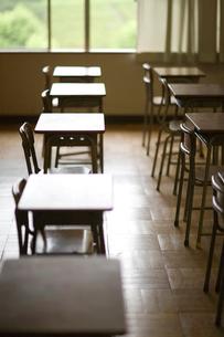 教室の机と椅子の写真素材 [FYI03246807]