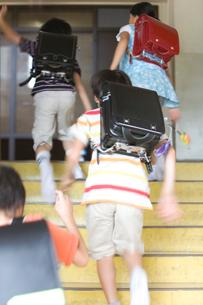 階段を駆け上る小学生の写真素材 [FYI03246811]