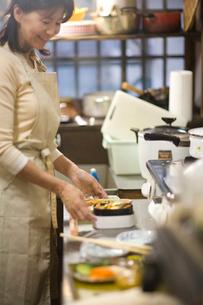弁当を作る母親の写真素材 [FYI03246818]