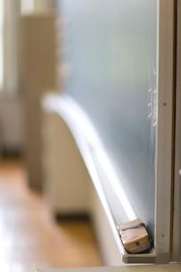 教室の黒板と黒板消しの写真素材 [FYI03246821]