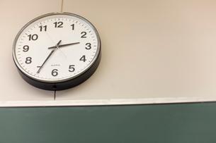教室の壁に掛かった時計の写真素材 [FYI03246822]