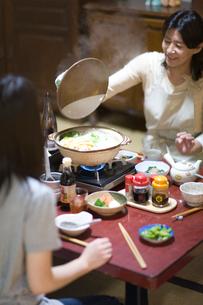 土鍋を囲む家族の写真素材 [FYI03246824]