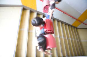 階段を昇降する小学生の写真素材 [FYI03246826]