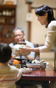 食卓の家族の写真素材 [FYI03246832]