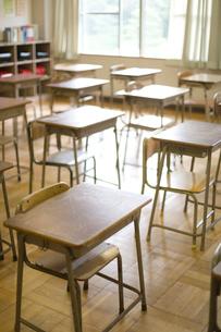 教室の机と椅子の写真素材 [FYI03246834]