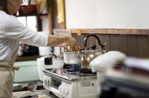 味噌汁を作る母親の写真素材 [FYI03246835]