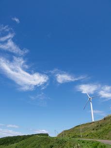 風力発電用風車と雲の写真素材 [FYI03247586]