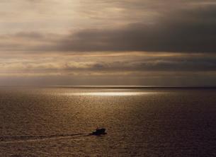 光る海と水平線と漁船 日本海の写真素材 [FYI03247773]