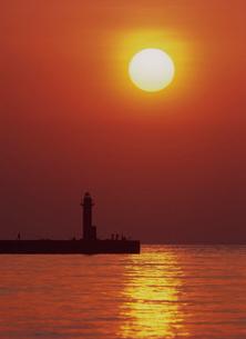 夕日と燈台と釣り人 日本海の写真素材 [FYI03247779]