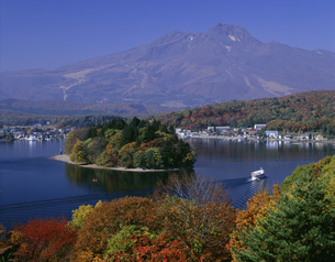 秋の野尻湖と遊覧船と妙高山の写真素材 [FYI03248207]