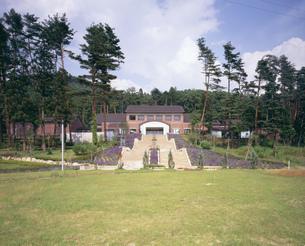 池田町美術館とラベンダーの写真素材 [FYI03248213]