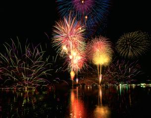野尻湖の花火大会の写真素材 [FYI03248296]