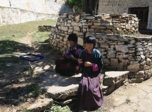 織物をする女性の写真素材 [FYI03248563]