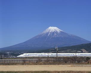 富士山と東海道新幹線700系ロゴ入り 三島・新富士間の写真素材 [FYI03248599]