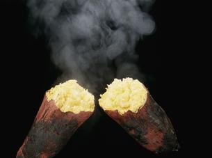 焼き芋と湯気の写真素材 [FYI03248656]
