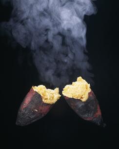焼き芋と湯気の写真素材 [FYI03248665]