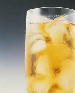 アイスティーのグラス表面の水滴の写真素材 [FYI03248708]